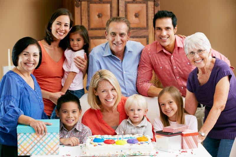 Famille multi de rétablissement célébrant l'anniversaire image libre de droits