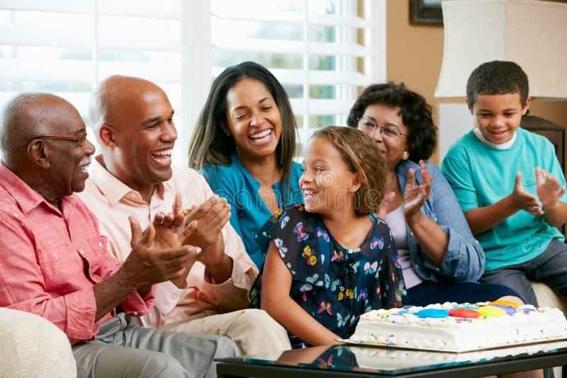 Famille multi de rétablissement célébrant l'anniversaire du descendant photos libres de droits