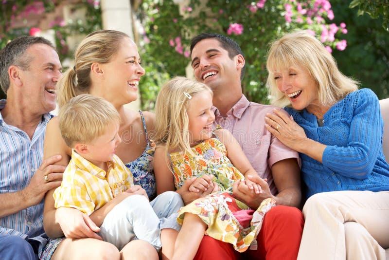 Famille multi de rétablissement se reposant sur le sofa ensemble photo libre de droits