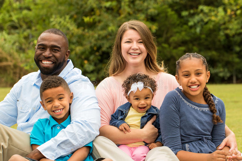 Famille multiculturelle photographie stock