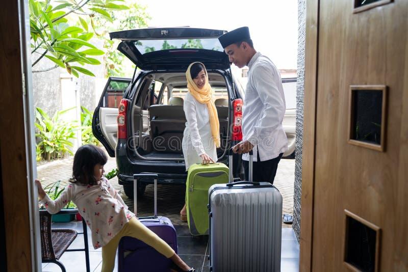 Famille musulmane asiatique avec la valise photo stock