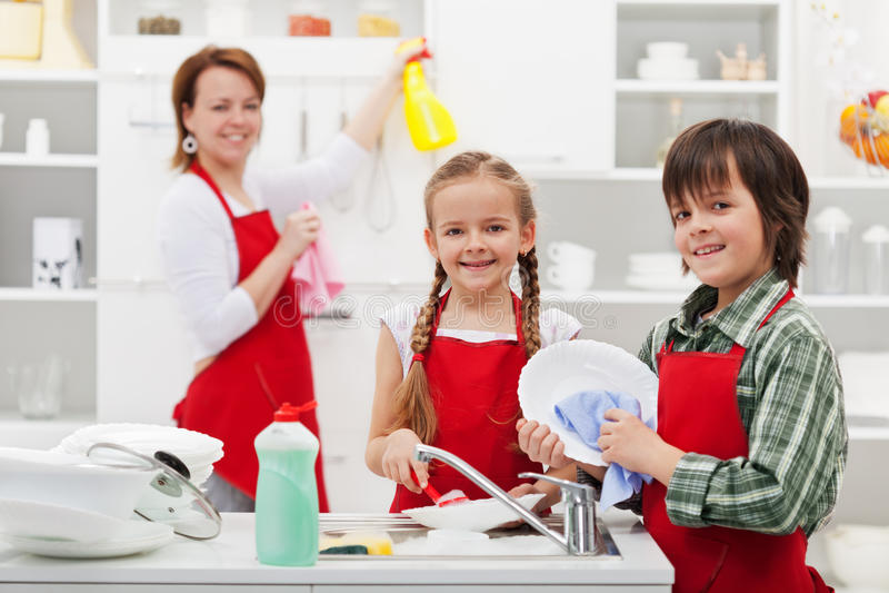 Spring cleaning dans la cuisine image stock