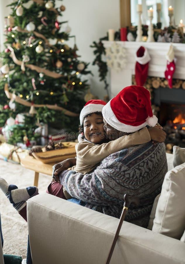 Famille noire appréciant des vacances de Noël image libre de droits