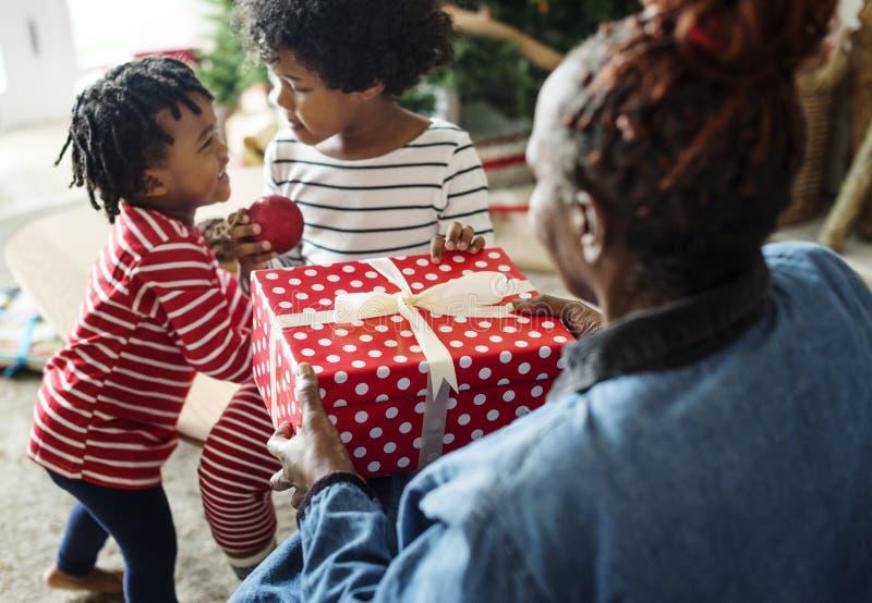 Famille noire appréciant des vacances de Noël images stock
