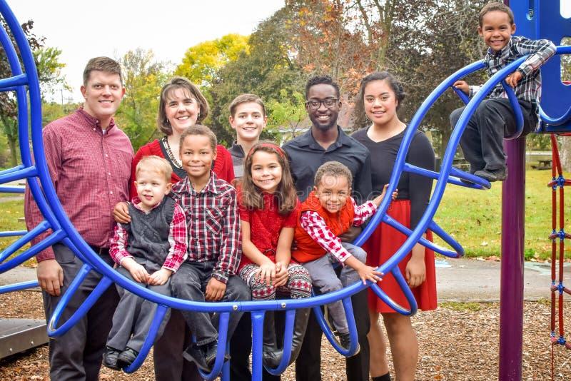 Famille nombreuse au parc photos libres de droits