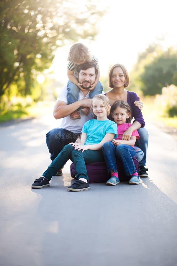 Famille nombreuse avec quatre enfants image libre de droits