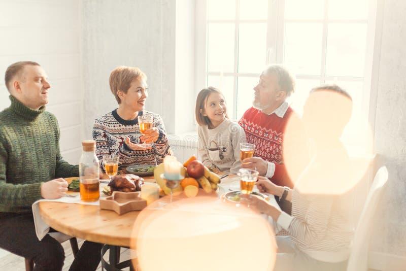 Famille nombreuse gaie parlant à la table photo libre de droits
