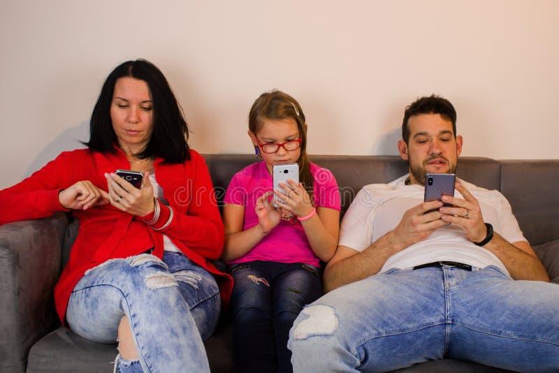 Famille occupée avec des téléphones portables image stock