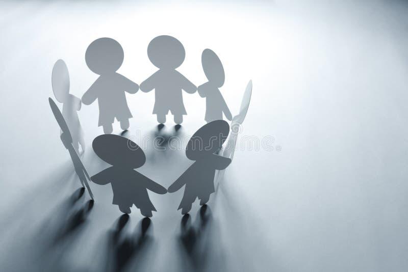 Famille ou la communauté à chaînes de papier photos libres de droits