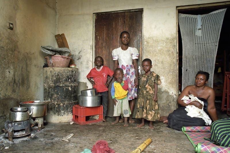Famille ougandaise de portrait de groupe dans le taudis image libre de droits