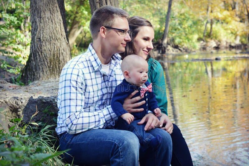 Famille par la rivière images libres de droits