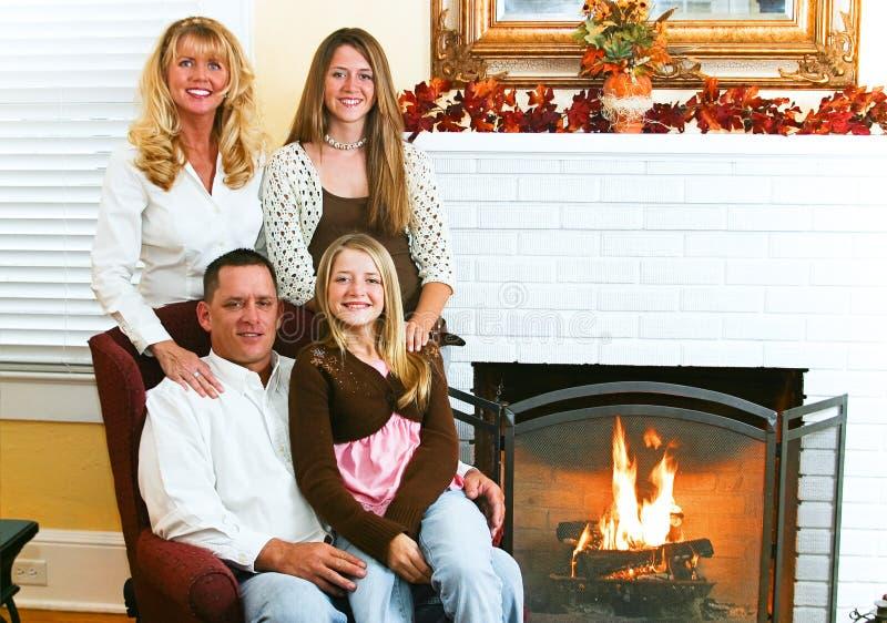 Famille par le coin du feu image stock