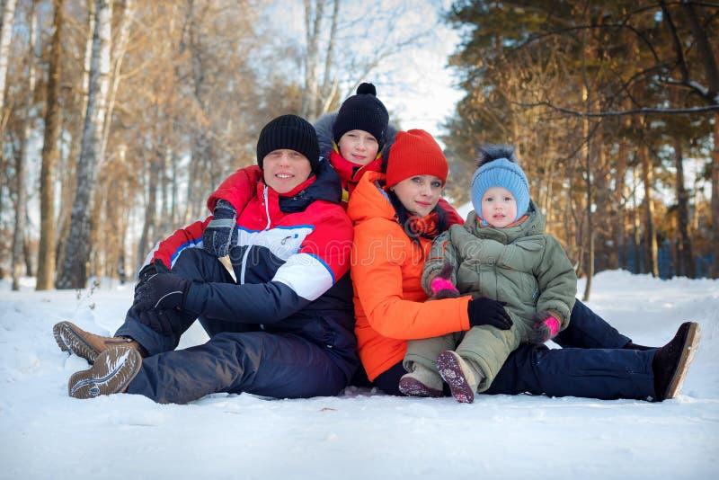 Famille passant le temps extérieur en hiver photos stock