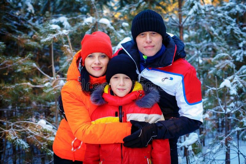 Famille passant le temps extérieur en hiver photos libres de droits