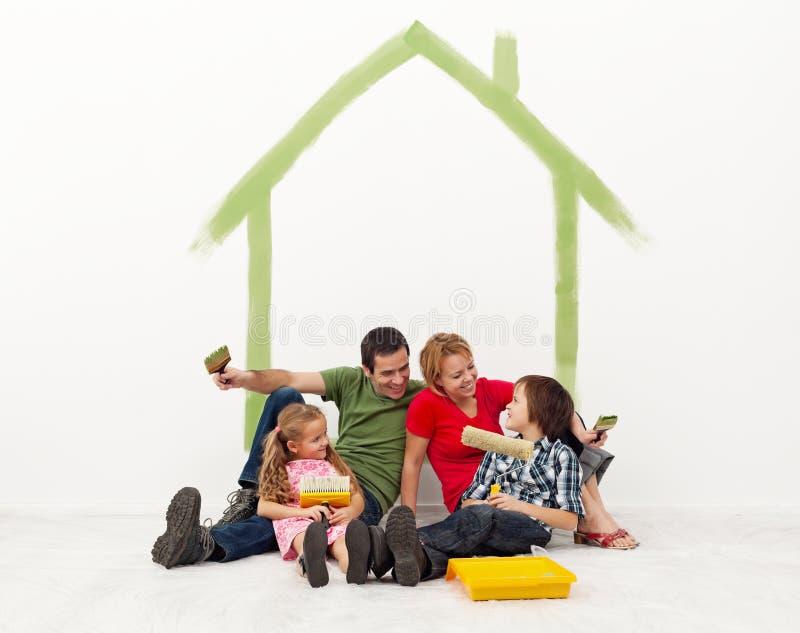 Famille peignant leur concept à la maison images stock