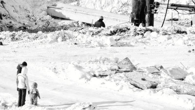 famille pendant l'hiver pour une promenade photo libre de droits