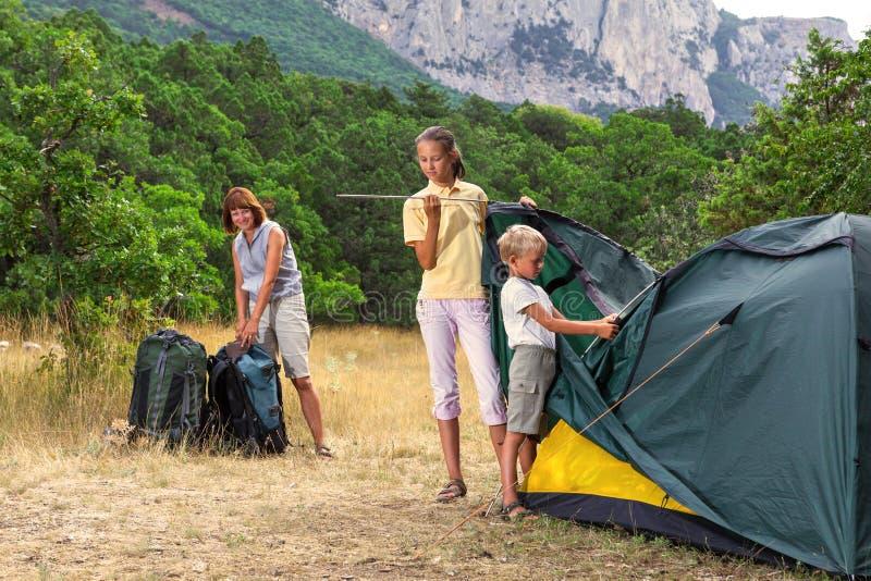 Famille plaçant une tente image stock