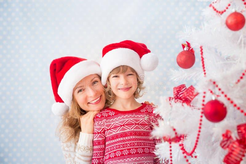 Famille près d'arbre de Noël photo stock