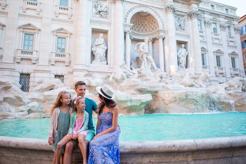 Famille près de Fontana di Trevi, Rome, Italie Le père et les enfants heureux apprécient des vacances italiennes de vacances en E images stock