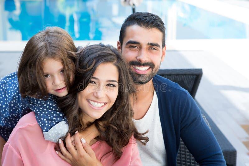 Famille près de la piscine photos libres de droits