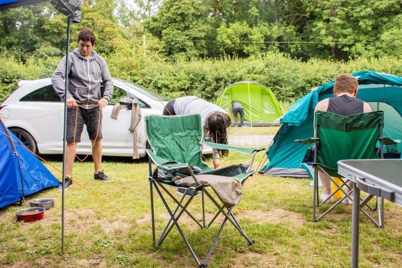 Famille préparant la tente photo stock
