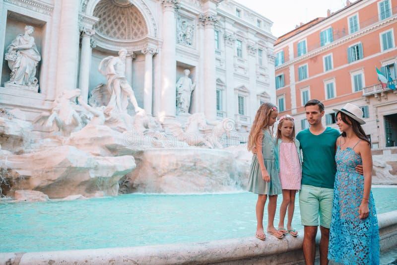 Famille pr?s de Fontana di Trevi, Rome, Italie images libres de droits