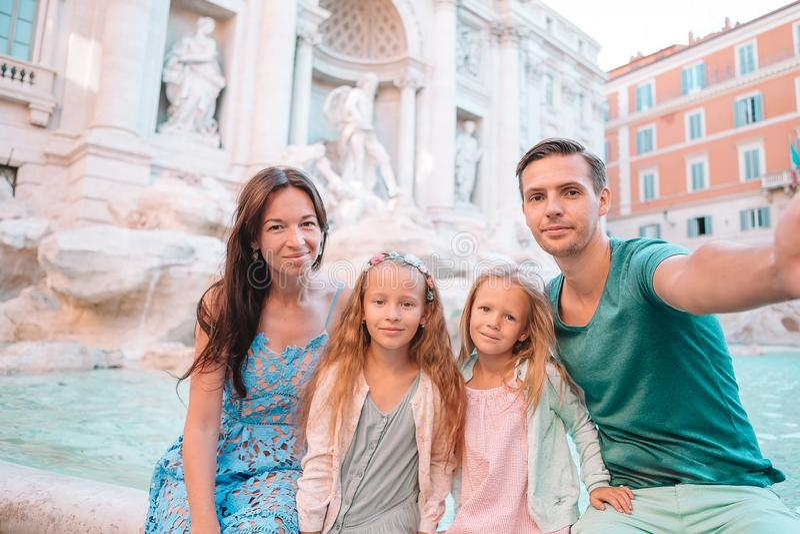 Famille pr?s de Fontana di Trevi, Rome, Italie image stock