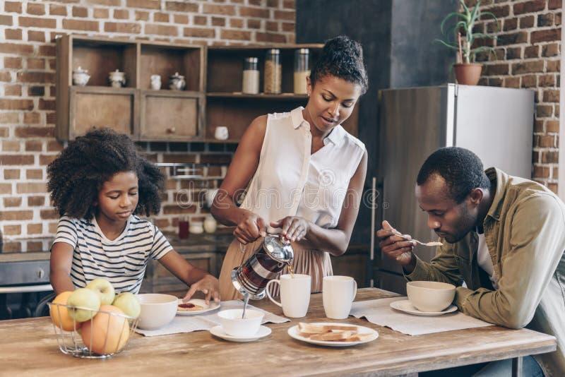Famille prenant le petit déjeuner images libres de droits