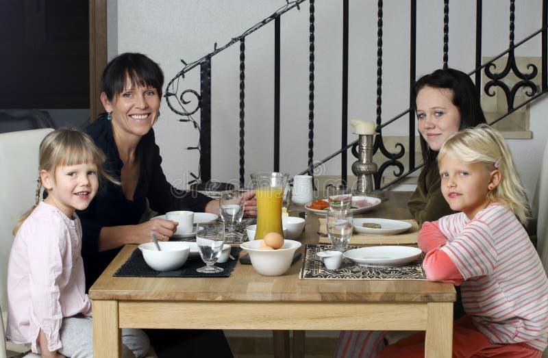 Famille prenant le petit déjeuner image libre de droits