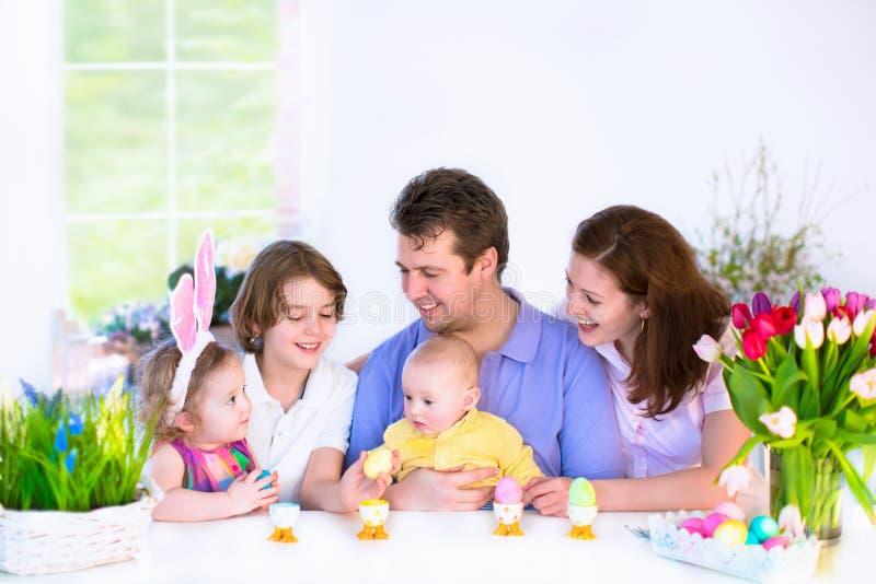 Famille prenant le petit déjeuner le jour de Pâques image stock