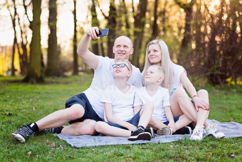 Famille prenant le selfie de photo avec le smartphone photo stock