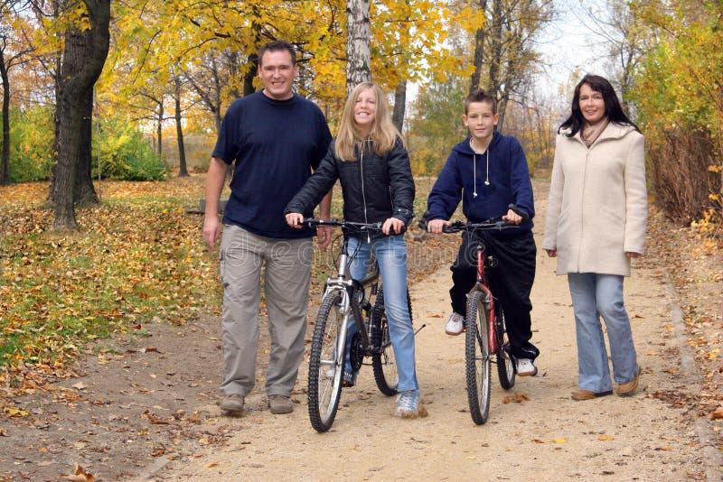 Famille - promenade photographie stock libre de droits