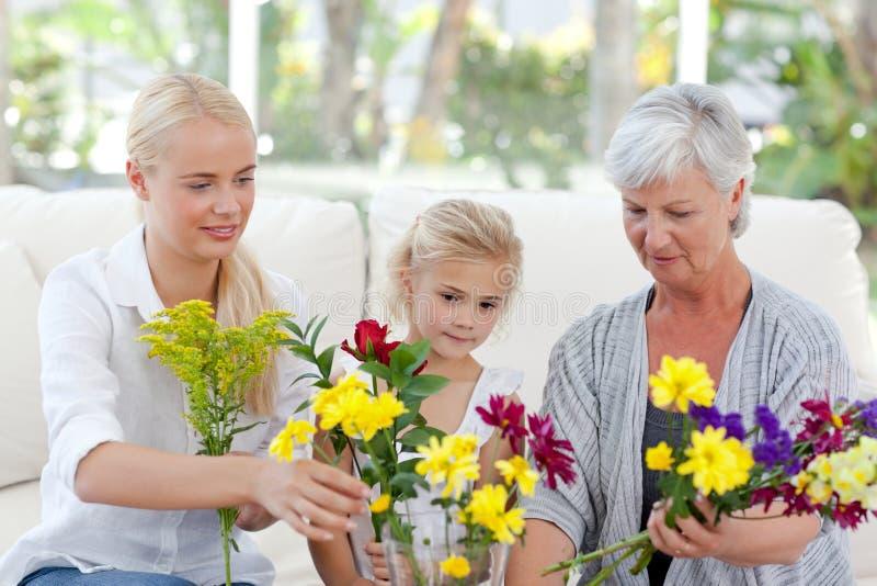 Famille radiant avec des fleurs photo stock