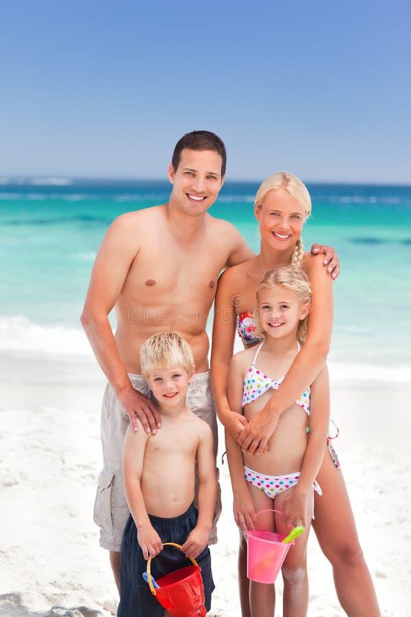 Famille radiant sur la plage photos stock