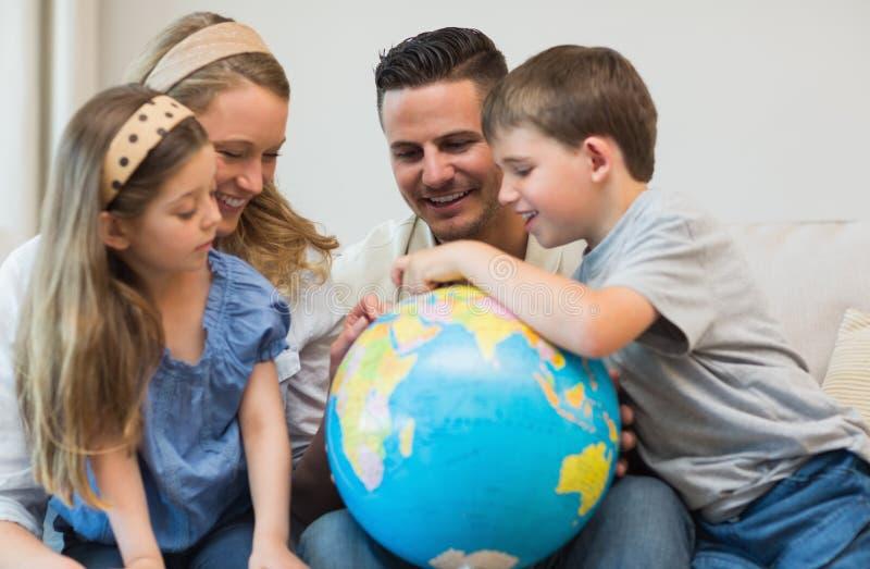 Famille recherchant des endroits sur le globe photos libres de droits