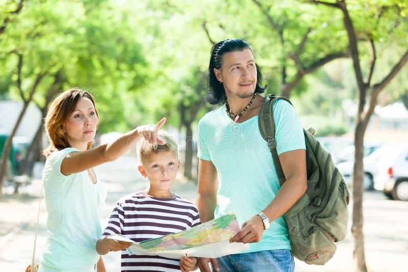 Famille recherchant la manière à la carte photos libres de droits