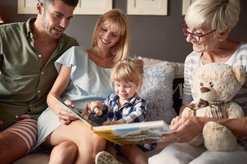 Famille regardant le livre d'images avec la fille images stock
