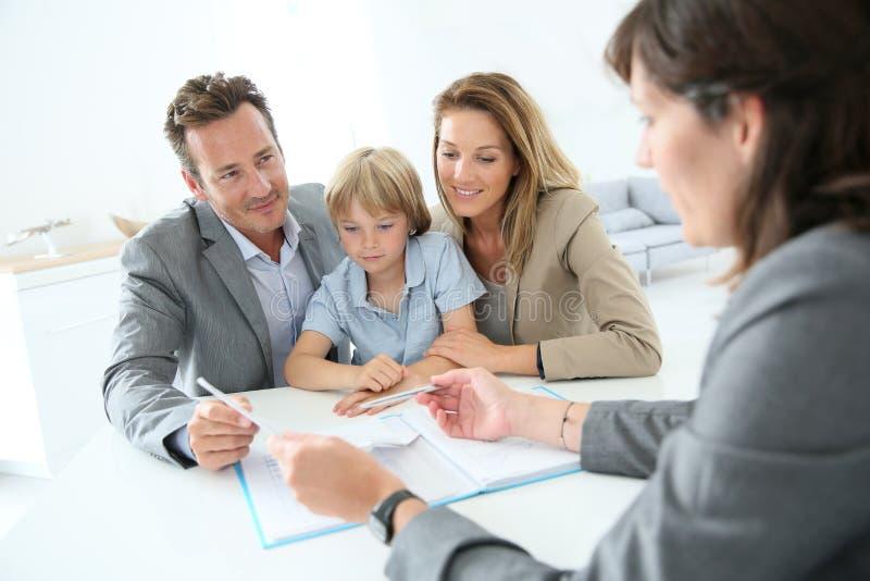 Famille rencontrant l'agent immobilier photos libres de droits