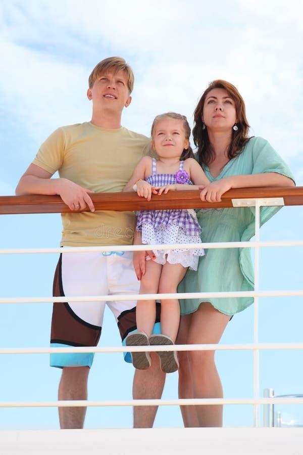 Famille restant sur le paquet de doublure de vitesse normale près du longeron image libre de droits