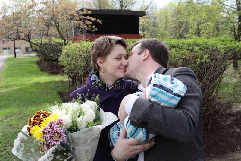 Famille retenant la chéri nouveau-née photo stock