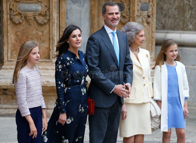 Famille royale de l'Espagne assistant à une masse de dimanche Pâques dans la pose latérale de groupe de Majorque photos stock