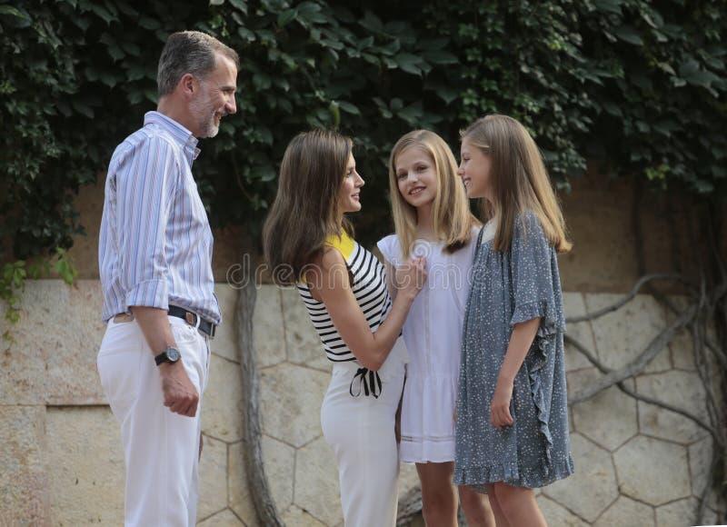 Famille royale de l'Espagne posant au palais de Marivent pendant leurs vacances d'été photo stock