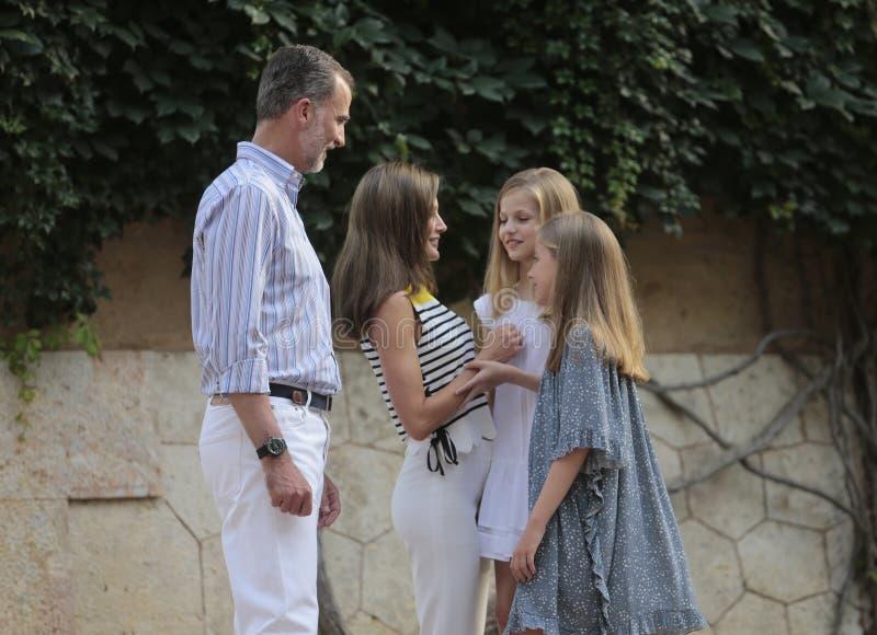 Famille royale de l'Espagne posant au palais de Marivent pendant leurs vacances d'été photos libres de droits