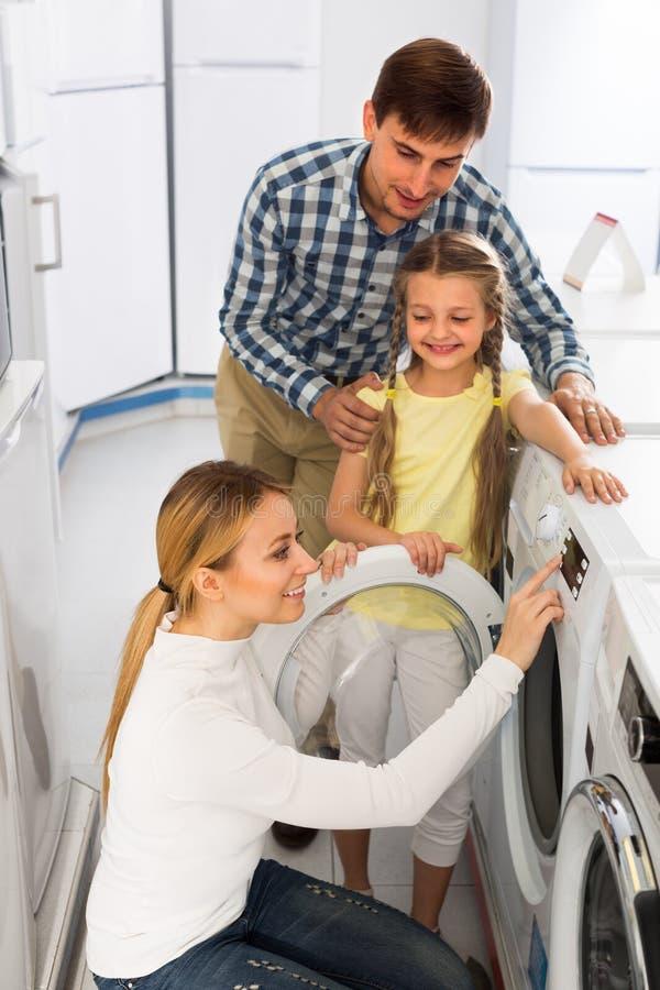 Download Famille Sélectionnant Le Joint De Blanchisserie Image stock - Image du machine, détail: 76083545