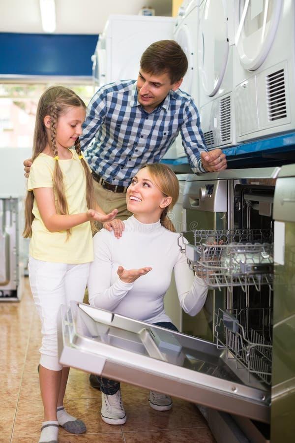 Download Famille Sélectionnant Le Lave-vaisselle Dans Le Magasin Image stock - Image du achat, ménage: 76083559