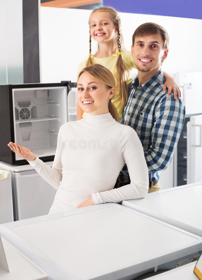 Download Famille Sélectionnant Le Réfrigérateur Photo stock - Image du consommationisme, enfant: 76083552