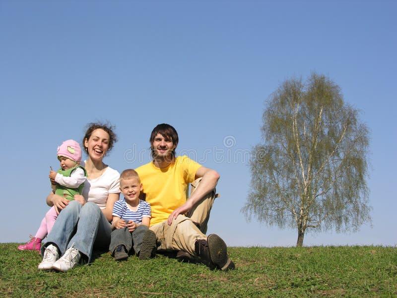 Famille s'asseyant avec deux enfants. source. photographie stock libre de droits