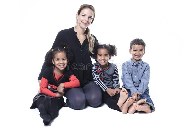 Famille s'asseyant sur le plancher d'une photographie images libres de droits