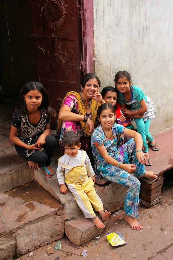Famille s'asseyant sur un seuil dans Fatehpur Sikri, uttar pradesh, I photos stock
