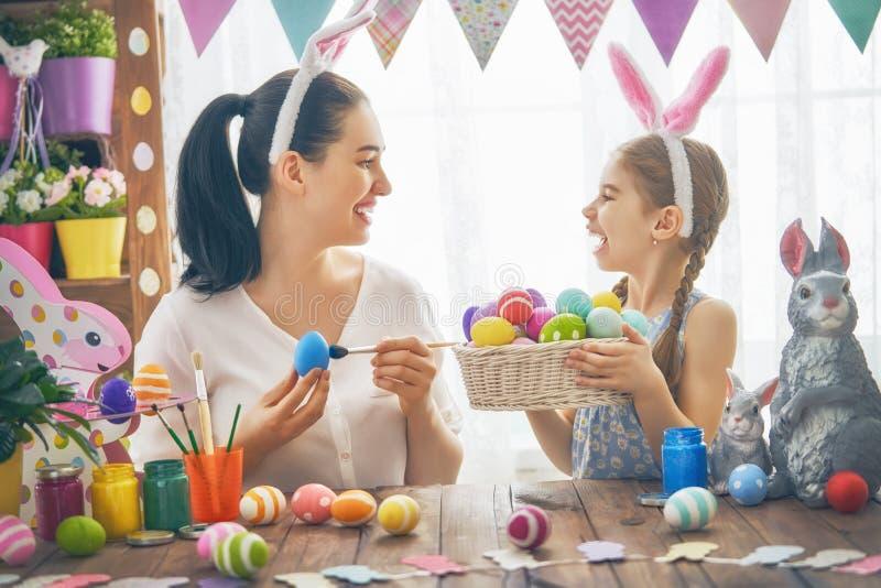 Famille se préparant à Pâques image libre de droits